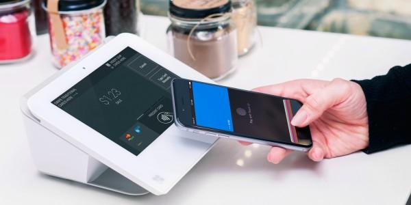 подносим смартфон к терминалу оплаты
